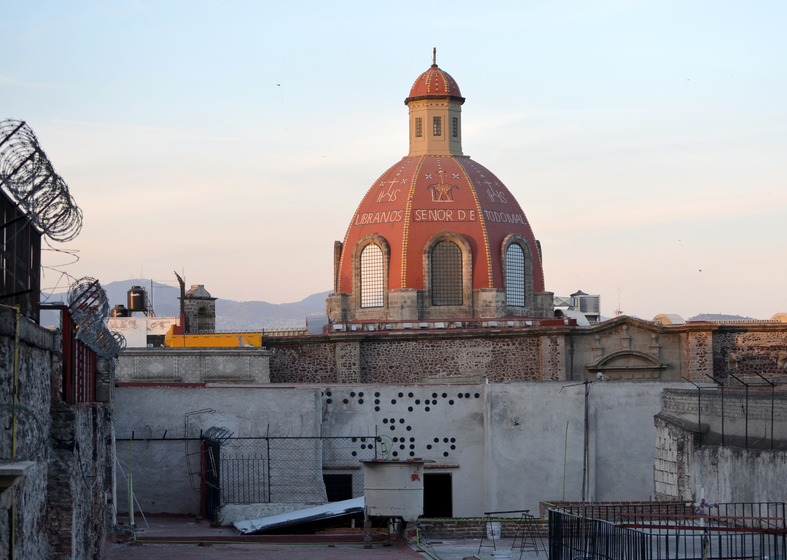 Biblioteca Ciega (Bilioteca de Hanlin), Vinyl on the surrounding buildings of the Historic Center of Mexico City, 2012