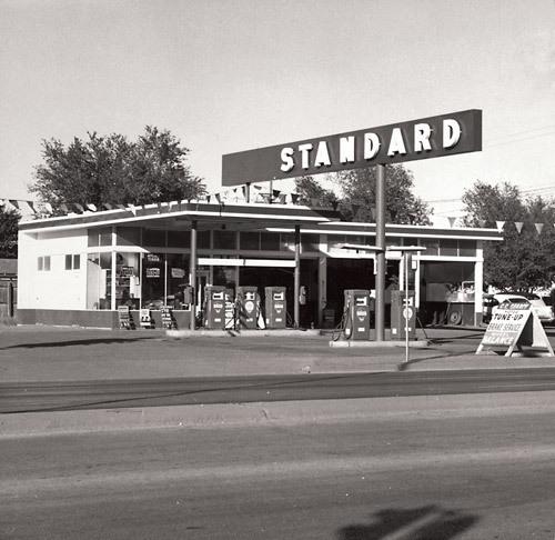 Edward Ruscha, Standard Station, Amarillo, Texas, 1962, from Twentysix Gasoline Stations, 1963. Gelatin silver print, © Ed Ruscha. Courtesy Whitney Museum of American Art.