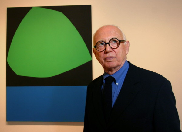 Kelly pictured at the Dallas Museum of Art ahead of his 2004 exhibition. Image: Dallas Morning News
