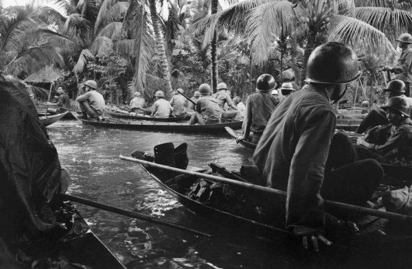 Henri Huet, South Vietnamese soldiers, dawn attack, Jan. 1966