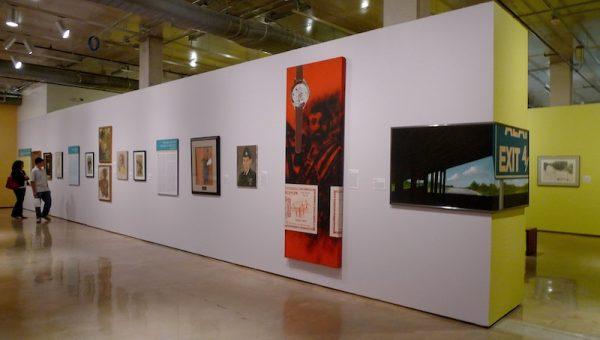 Instalación de la retrospectiva de Treviño. De derecha a izquierda: Alamo Exit (1969, acrílico sobre lienzo, 2 paneles, 81.3 x 106.7 cm, colección del artista); Zapata (1969, acrílico sobre lienzo, 251.5 x 91.4 cm, colección de George Cortez); Armando Albarran (1968, óleo sobre lienzo, 61 x 45.7 cm, colección de Armando Albarran). Imagen cortesía de Ruben C. Cordova.