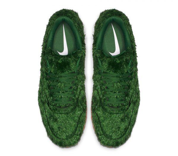 Nike-Air-Max-Golf-Shoes-Grass-top-view
