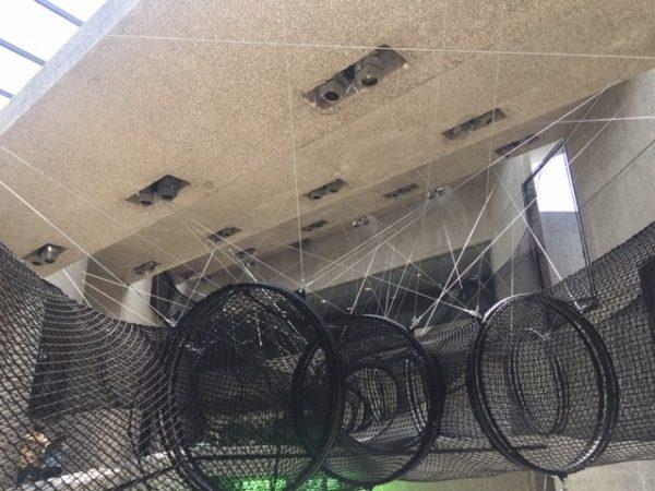 Interactive obstacle course mesh system hanging from museum ceiling (Sistema interactivo de obstáculos suspendido del techo del museo)