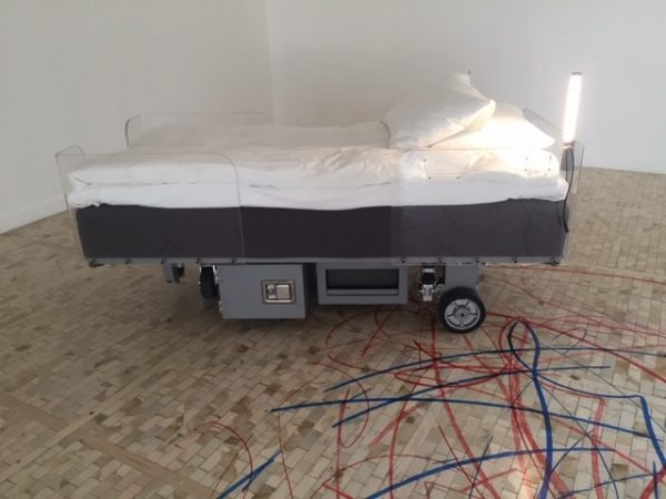 Moving hospital bed with blue coloring instrument (Cama de hospital cinética con instrumento para pintar de color azul)