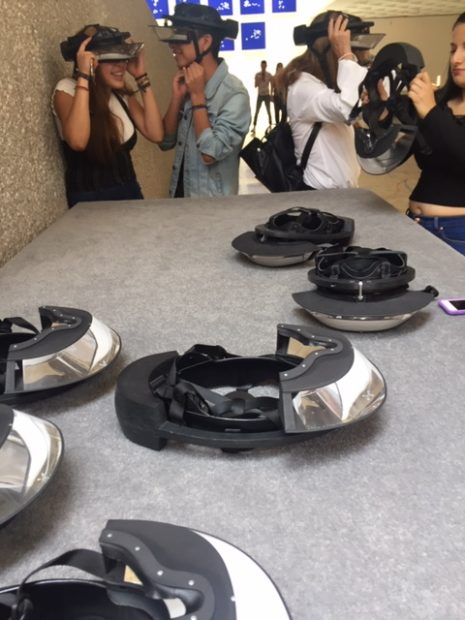 Visitors utilizing virtual reality goggles (Visitantes utilizando gafas de realidad virtual)