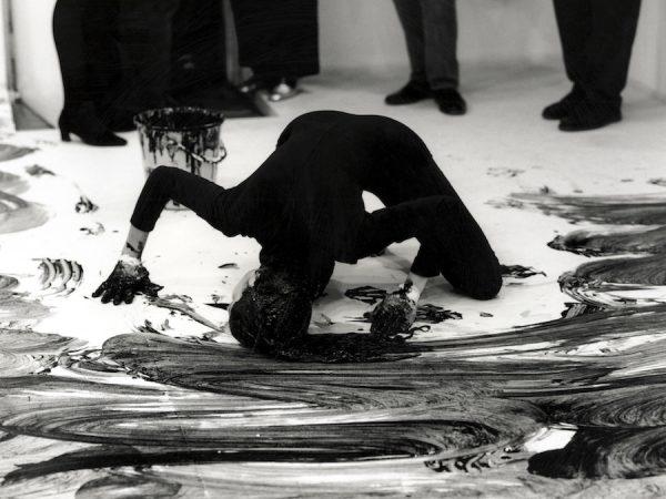 Janine Antoni, Loving Care, 1993