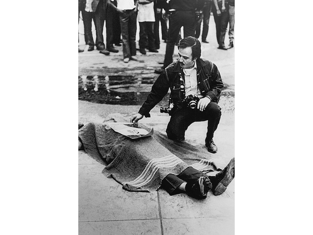 Raúl Ruiz placing a small Mexican flag on the body of Gustav Montag