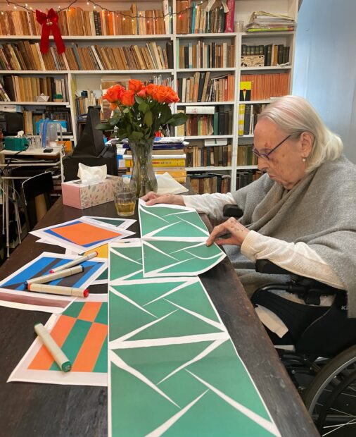 "Artist Carmen Herrera reviews plans for the Blanton mural ""Verde te quiero verde."""