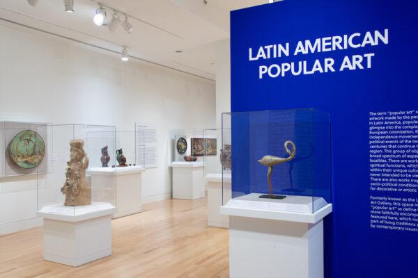 Vista de la instalación de la Sala de Arte Popular Latinoamericano del Museo de Arte de San Antonio (SAMA), 2020. Todas las imágenes son cortesía del SAMA, por Seale Studios.