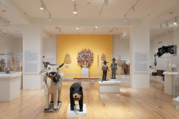 Vista de la instalación de la Sala de Arte Popular Latinoamericano del Museo de Arte de San Antonio (SAMA), 2020. Todas las imágenes son cortesía del SAMA.